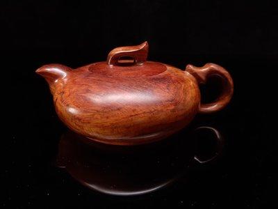 海南黃花梨油梨老料茶壺擺件,版主精選海黃油梨~壺身淡淡紅色配紫油梨淡淡紫色,甚是美麗,壺肚寬約10.9公分,高約6.2公分,重約284公克,稀有喜氣洋溢茶壺。