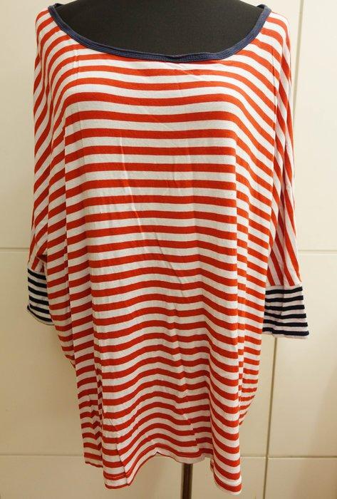 出清大降價!約六七成新 CACO 紅色白色條紋設計款寬大版上衣,有些彈性喔!低價起標無底價!本商品免運費!