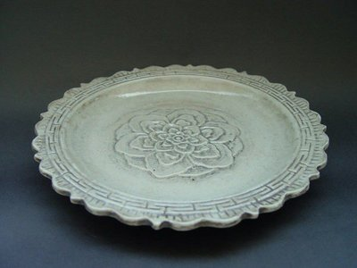 【非比尋常文物別院】- 大清乾隆年製款白釉銀菊瓣刻牡丹壽字圖盤