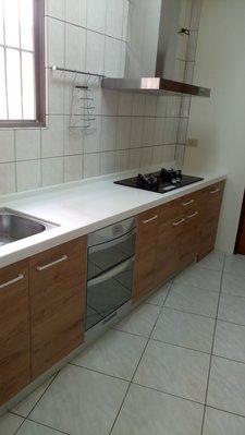 喜室廚具 韓國三星人造石+水槽櫃正白鐵#304+E1 V313系統板櫃體+E1 V313門板 240公分$30000元
