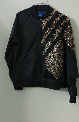 (搬家大出清)黑/ 金色三葉草商標 Adidas 休閒運動長袖外套/ 夾克。連袖特別設計,無彈性,尺寸 34碼(165/ 80A)。而...
