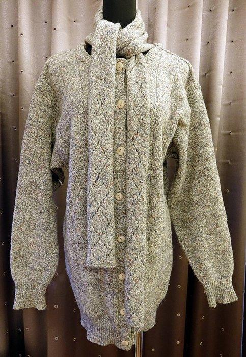約六七成新 國內品牌 JIN  混羊毛高質感連圍巾外套式前扣式長版長袖毛衣!盡顯您的獨特品味!免運費!