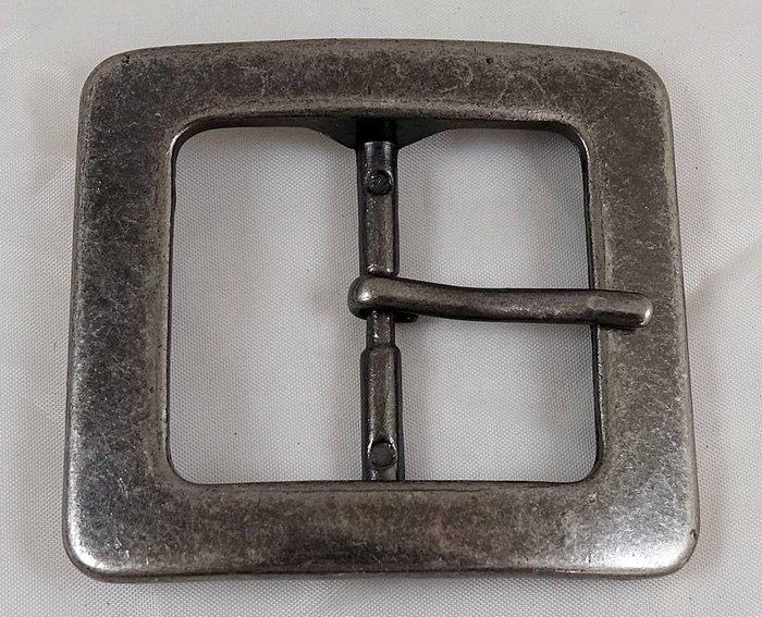 全新美國帶回 帥氣復古銀色金屬設計皮帶扣皮帶頭,金屬部分是故意做復古設計,並不是因為舊的關係喔!免運費!