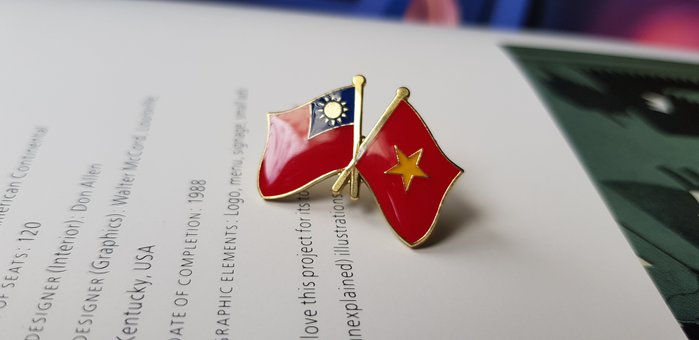 越南雙旗徽章。每個40元