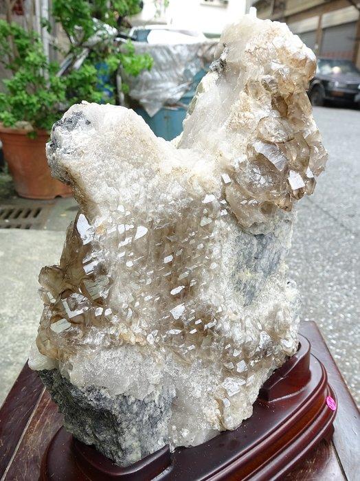 shalin-crystal~巴西鱷魚骨幹水晶~3.187公斤~帶碧璽~完整度高~除穢聚氣~化煞聚財~一元起標!