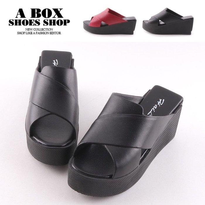 格子舖*【AN868】前3後7CM拖鞋 歐美個性休閒百搭 皮革圓頭楔型厚底涼拖鞋 特殊方型後跟 2色