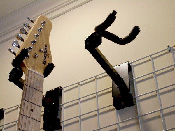 ☆ Tony Music 唐尼樂器︵☆全新木吉他/民謠吉他/電吉他/電貝斯 Bass 壁式掛架/吊架(配合格網使用)