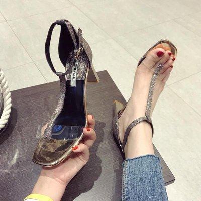Ekool正韓鞋包~ 粗跟鞋正韓透明軟膠露趾女涼鞋18夏季新款T字扣宴會鞋亮片布女鞋