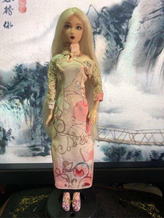 愛卡的玩具屋 可兒.芭比.珍妮娃娃可穿 -純手工制作金線淺色花蕾絲長袖旗袍