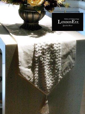 【 LondonEYE 】現代時尚豪宅風範‧白色系荔枝紋仿皮X白絨X亮片 長桌巾/桌旗/床旗