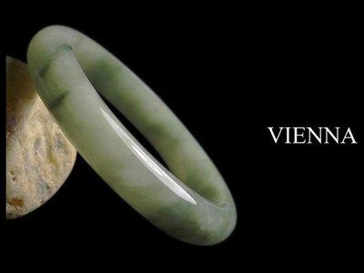 《A貨翡翠》【VIENNA】《手圍18.9/12mm版寬》緬甸玉/冰種嬌豔綠花青/玉鐲/手鐲K-062