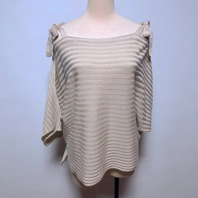 (AA131)TITE IN THE STORE 日本品牌 米色金蔥露肩短袖寬版針織上衣 38號~牧牧小舖~優質二手衣~