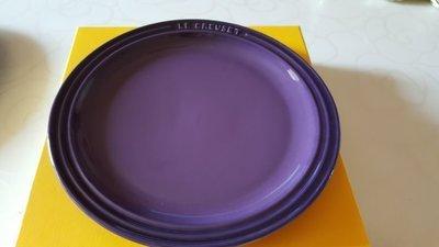 ↘限時特價↘ LE CREUSET 陶瓷圓盤 27cm 有字款(葡萄紫)~贈LC 90周年紀念貼紙