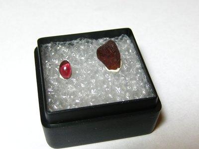 【Texture & Nobleness 低調與奢華】寶石教學標本&原礦 鎂鐵石榴石 G-02