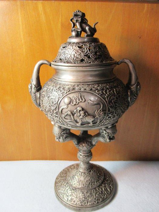 [大型鎏銀陽雕老白銅爐 ] 乾隆呈寶獻瑞爐/三獅雲刻座,中拱麒麟獸,雙龍耳沿環,進對獅中奏。主高貴一呼百應,事功有成富貴大吉!