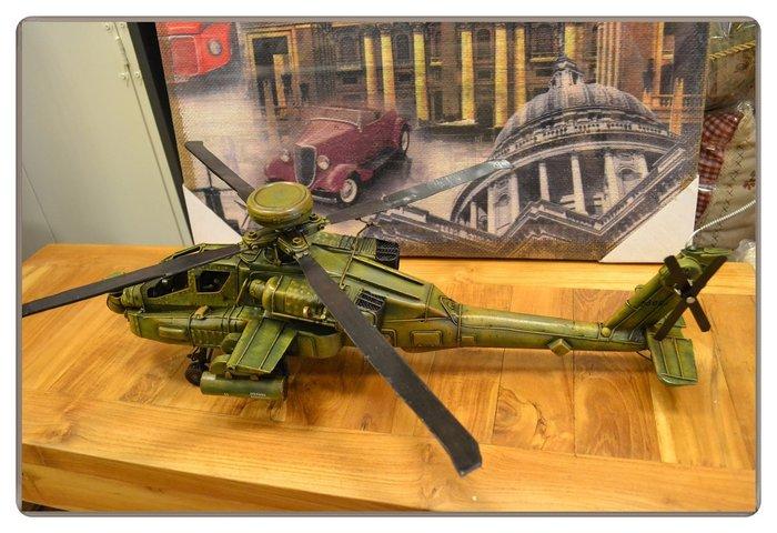 【歐舍家飾】仿舊復古 鐵件波音阿帕契直升機模型 1:24鐵皮金屬綠色軍機飛機擺飾 櫥窗展示陳列道具老品收藏送禮品