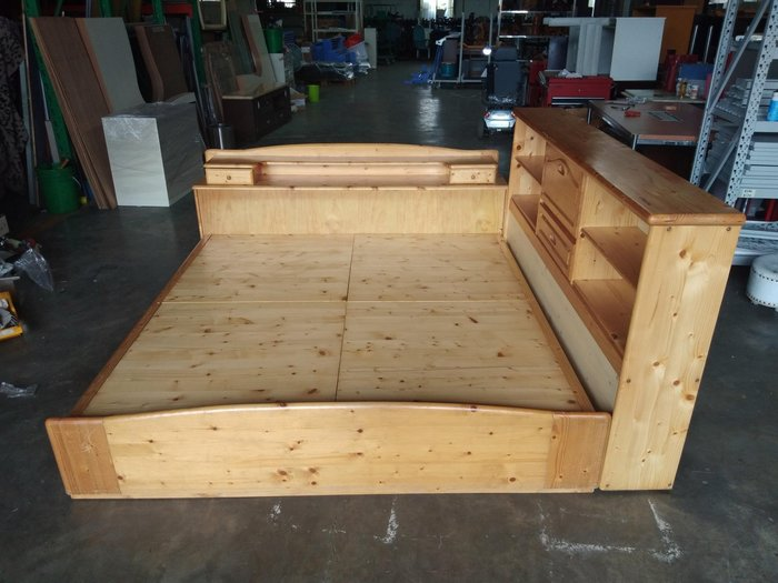 桃園國際二手貨中心----YANG LONG 6*6.2 全實木雙人加大床架 +床邊置物櫃 書櫃/ 床底 / 多功能設計~