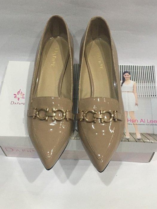 DAPHNE 金屬時尚漆皮低跟鞋 杏色 駝色 23.5