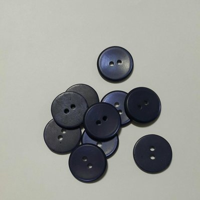 特價一元 深藏藍色 1.8cm 兩眼扣 手縫圓形鈕扣 磨砂霧面 閃閃亮光 藍曜石 (單顆價格一顆一元優惠品)