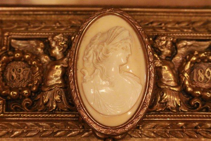 【家與收藏】特價稀有珍藏歐洲古典法國優雅細緻CAMEO鑲嵌仕女浮雕珍珠胸針