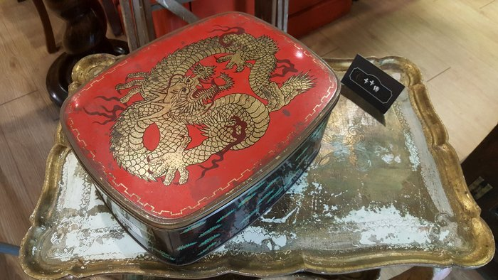 【卡卡頌 歐洲跳蚤市場/歐洲古董】歐洲老件_龍 松柏 中國風 老鐵盒 小物收納盒 餅乾盒 m0447✬