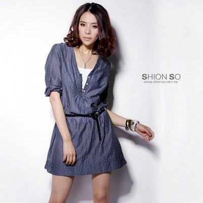 享瘦衣身中大尺碼【B1351】V領排扣水玉點點七分袖洋裝