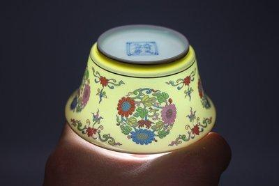 大明成化年制 黃釉團花紋撇口