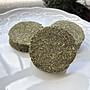 【兔女郎點心吧】果園草純草餅~兔子草餅~0添加蔬果泥~磨牙~兔子點心零食~天竺鼠龍貓倉鼠【1個15元】