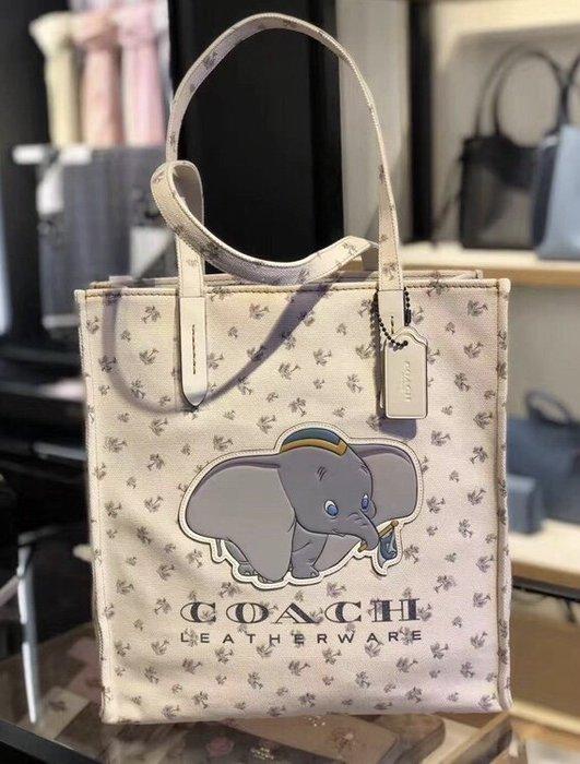 甜心精品代購 COACH 69250 新款白色小飛象女士 Disney X 帆布包 斜跨手提包 附代購憑證 價格標籤