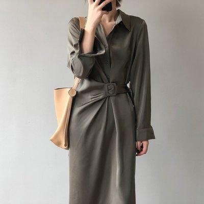 設計款超柔滑舒適連身裙 綢緞錯位腰帶襯衫領長袖洋裝 艾爾莎【TAE8530】