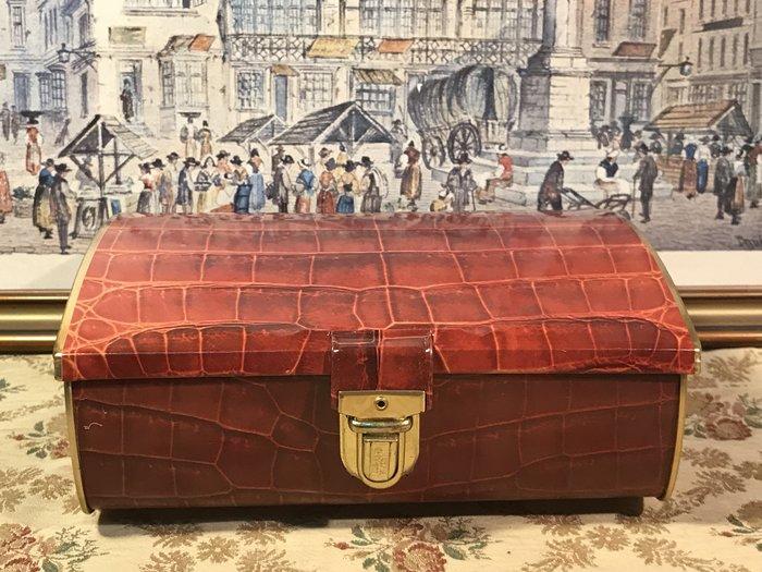 歐洲古物時尚雜貨 鐵盒 格紋皮帶造型 收納盒 擺飾品 古董收藏