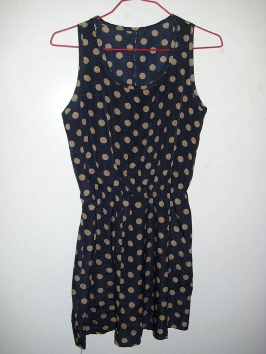 潮流帥衣  風味黑色絲質 款大圓點 性感無袖洋裝 衣長77公分傳字櫃 零碼