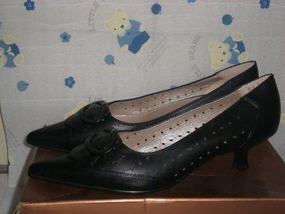 ☆甜甜妞妞小舖 ☆百貨公司專櫃 GENUINE 黑色真皮扣環氣墊中跟尖頭鞋--洞洞上班包鞋--8.5號