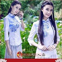 【水水女人國】~現貨S一件,6折搶購中 只要594元~中國風美穿在身~藍湖花瓣。氣質提花紋七分袖旗袍式上衣