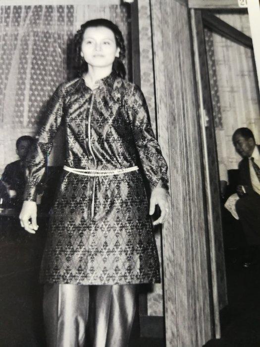 銘馨易拍重生網 PSS427 早期(民國50~60年代)美女 特殊文繡裝銀鹽老黑白照 寫實珍貴老照 保存如圖(珍藏回憶)