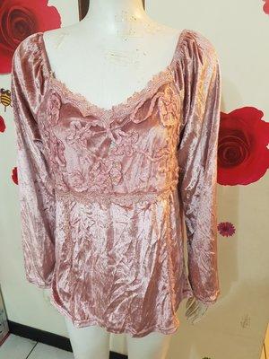 A22~珍珍的店~ 加大 眼花撩亂系列粉色V領蕾絲長袖絨質顯瘦上衣~胸圍43吋~賣場三件