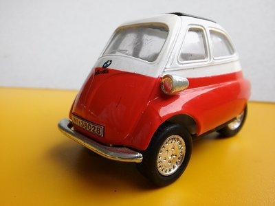 **M8-16** BMW ISETTA 1:38 Kinsmart 塑膠+金屬混合的玩具車/表面有使用磨擦痕跡,左邊的