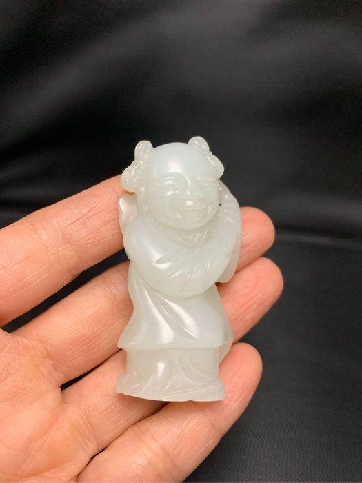 【御寶齋】--{童子執靈芝珮飾可立}--和闐羊脂級白玉--料細玉質油潤、蘇作工藝擬古..// 廣告價第一標 //