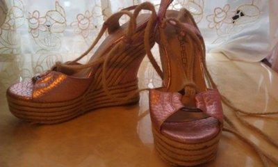 【Dsquared 2】 DSQUARED金屬淡粉桃紅小羊皮羅馬綁帶楔型厚底高跟涼鞋