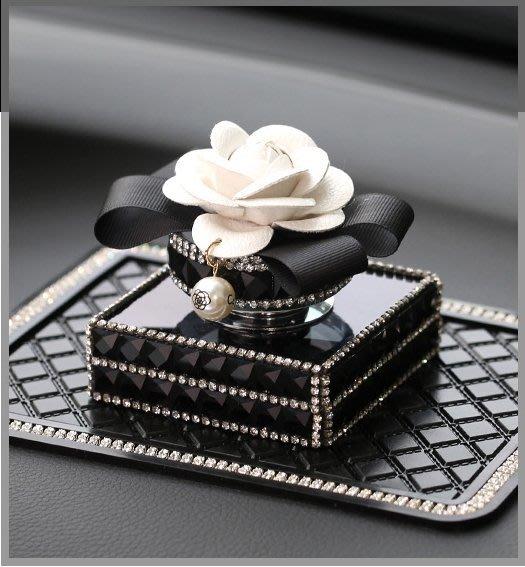 汽車香水座車載座式香水車內飾品擺件香水座女士山茶花車載香熏