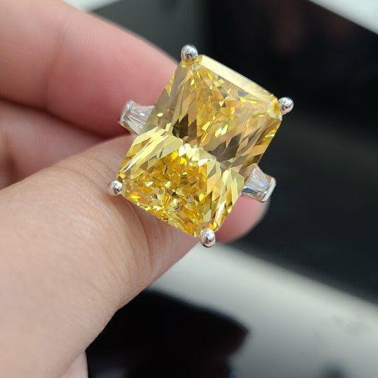 黃彩鑽25克拉長方鑽石戒指顏色濃黃鵝黃高檔豪華珠寶純銀925銀厚鍍鉑金男女適用款戒指 歐美明星同款仿真鑽石特價優惠 莫桑鑽寶