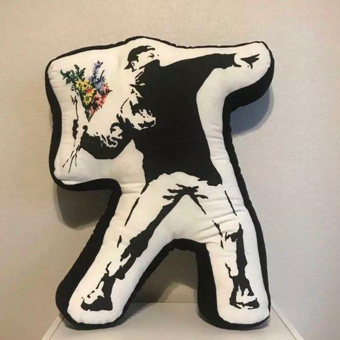 BEETLE 班克斯 BANKSY SYNC FLOWER BOMBER 擲花者 丟花 抱枕 靠枕 黑白 班克西 日本製