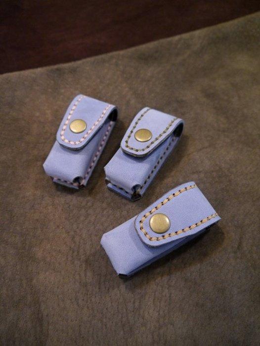 KH手工皮革工作室 MIT個人印章開運章皮套收納包皮套六分圓形章方形章皮革縫線顏色可自選可燙字尺寸可訂製彌月禮滿週歲禮