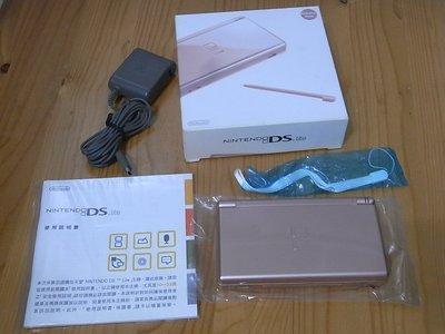 【小蕙館】電玩主機 ~ NDSL 玫瑰金主機盒裝 / 二手 (隨機贈送遊戲卡帶3片)