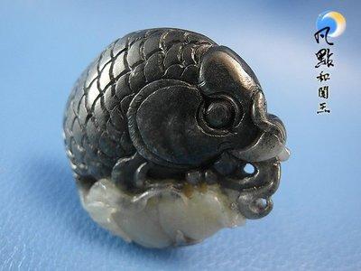 【凡點和闐玉】◎創意非凡‧點金成玉◎和闐玉籽料巧雕墨白蓮魚