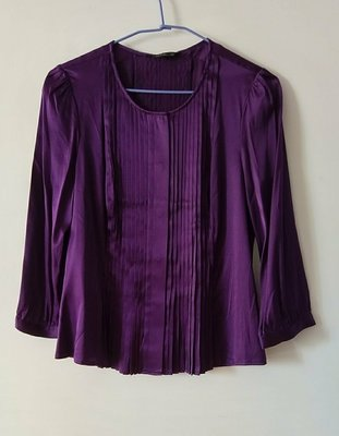 (出清價) BCBG Maxazria 純絲~深紫色 9分袖真絲衫,三宅一生摺疊風格,前開式隱形暗釦,在衣服中央前跟後面都有細摺。尺寸M碼,衣料有彈性 幾近全新