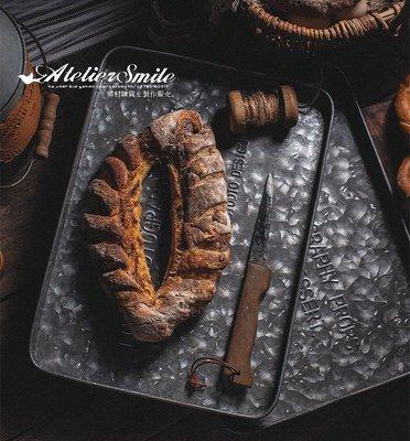[ Atelier Smile ]  鄉村雜貨 日本直送 復古作舊 英文印字浮雕 鍍鋅鐵盤 托盤 拍照道具 ins