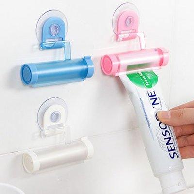 居家創意 簡約純色牙膏擠壓器 顏色隨機 牙膏伴侶 免釘 免鑽孔 吸盤 掛鉤 擠牙膏器【SA Girl】