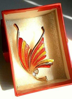 歐洲老件蝴蝶胸針,售 1680元。