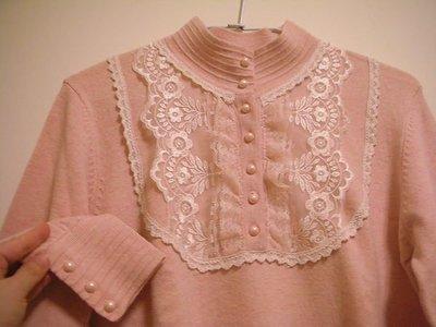 全新韓版立領式氣質典雅公主風細緻柔軟蕾絲 # 珍珠釦嫩粉色溫暖中厚度女長袖針織衫 / 溫暖舒柔優雅宮廷風毛衣
